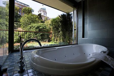 Stanza da bagno di lusso al hotel lanchid 19 design budapest ...