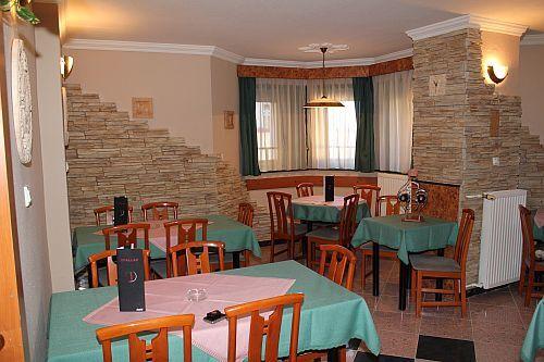 billige unterkunft im hotel kristal in budapest in der n he von elisabeth br cke restaurant im. Black Bedroom Furniture Sets. Home Design Ideas