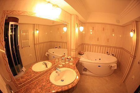 Fürdőszoba szív alakú káddal Debrecenben a Hotel Óbester szállodában Hotel Óbester Debrecen ...