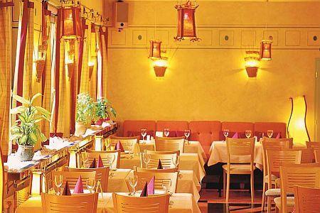 restaurant vom hotel thomas in budapest in der n he der petofi br cke. Black Bedroom Furniture Sets. Home Design Ideas