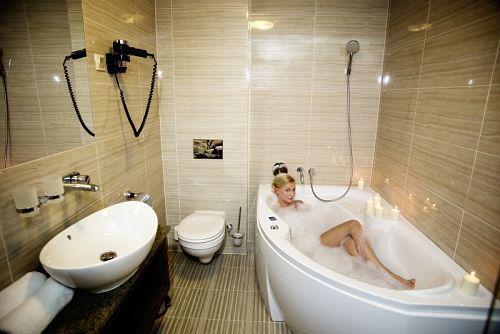 Mooie badkamer van Grand Hotel Glorius in Makó