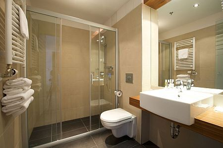 Hotel museum budapest cuarto de ba o for Ibis budget douche dans la chambre